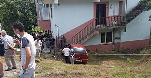Otomobil evin duvarına çarptı