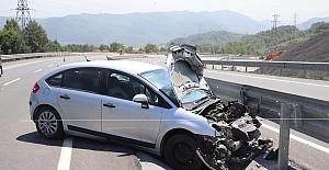 Yoldan çıkan otomobil bariyerlere çarptı: 4 yaralı
