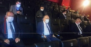Protokol ve gazeteciler 'Akif'i izliyor...