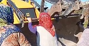 Baz istasyonuna karşı çıkan kadınlar kepçeye engel oldu