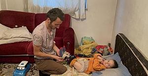 Çaresiz baba oğlu ile uzanacak yardım eli bekliyor